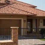 Dom s viacfarebnou krytinou - členitý typ strechy