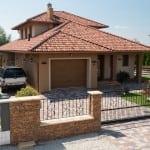 Dom s viacfarebnou krytinou - valbový typ strechy