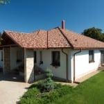 Rodinný dom s viacfarebnou krytinou - valbový typ strechy