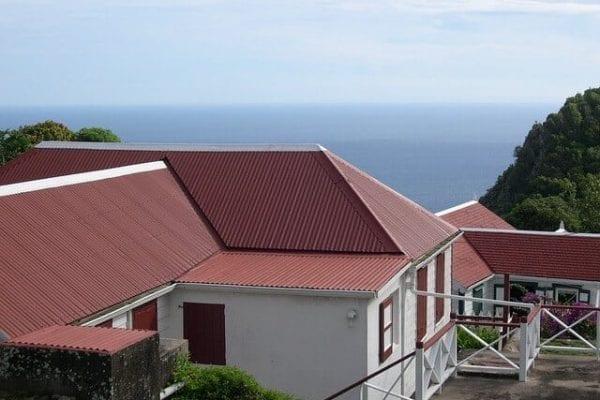 Vyhody-a-nevyhody-plechovej-strechy-Krytina.sk-rodinny-dom-s-plochou-strechou