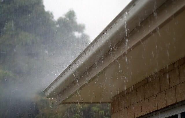 Dážď padajúci na strechu