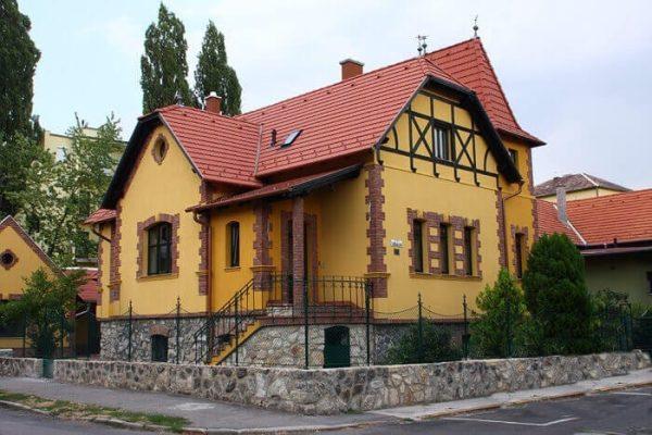 Červená členitá strecha