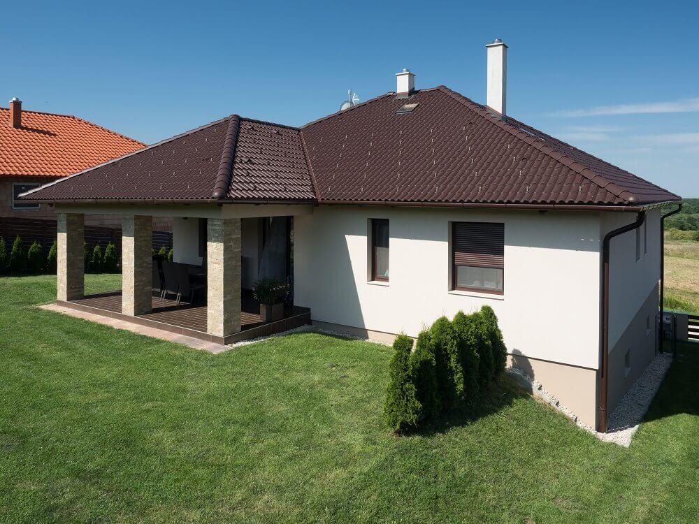 Hneda-valbova-strecha-stresna-krytina-bungalov-dom-so-zahradou