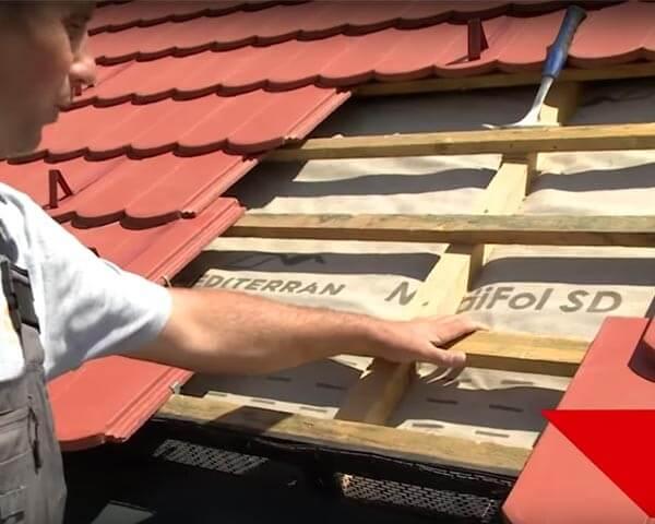 stavba-strechy-latovanie-folia-ukladanie-krytiny-pokryvac