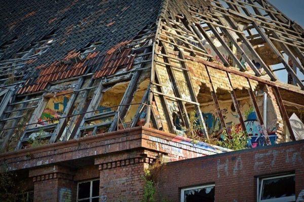 Rekonštrukcia starej poškodenej strechy | Krytina.sk