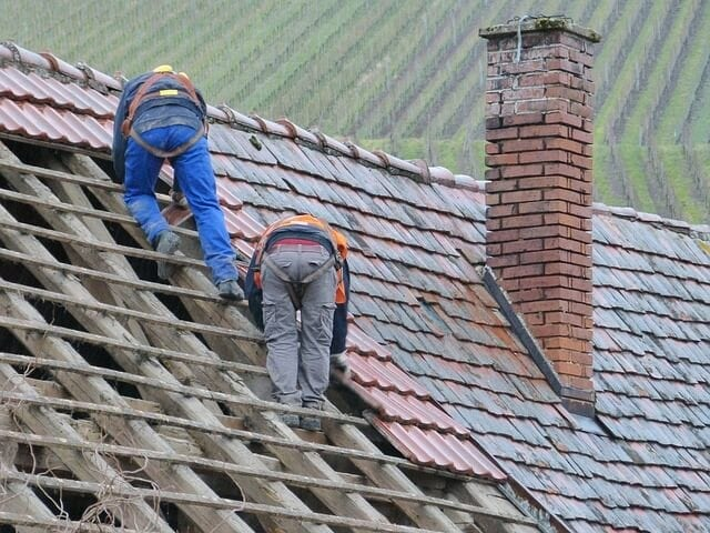 Rekonatrukcia-strechy-pokryvaci-na-streche-krytina-komin-stare-latovanie