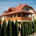 Skosená valbová strecha – Tehlovo-červená krytina