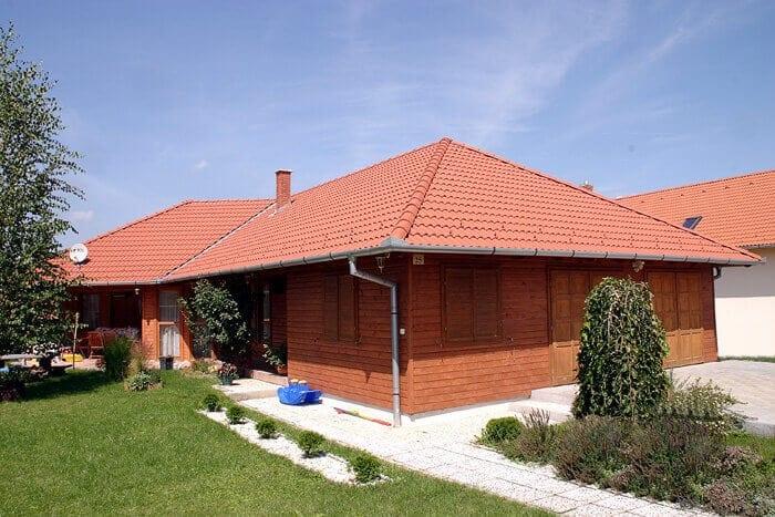 Tehlovo-cervena-valbova-strecha-bungalov-oblozeny-drevom