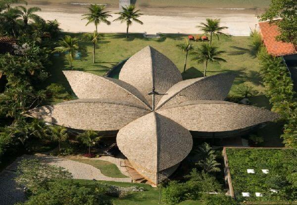 Plazovy-dom-v-Brazílii-strecha-v-tvare-kvetu