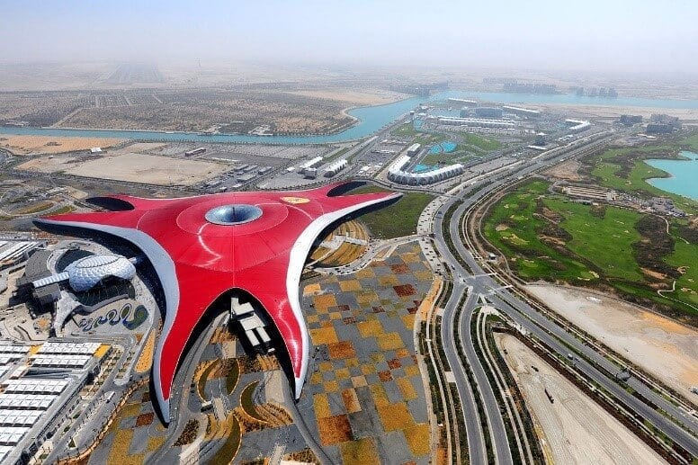 Ferrari-World-Abu-Dhabi-budova-letecky-pohlad