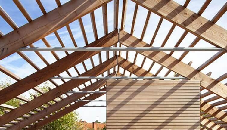 Latovanie strechy – na čo všetko vplýva?