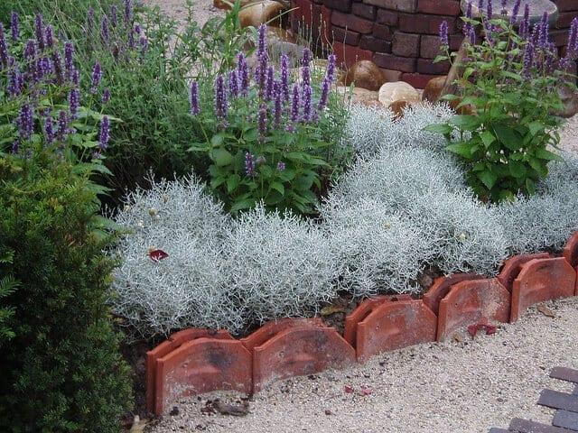 Zahradny-obrubnik-zo-skridle-vyuzitie-starej-krytiny