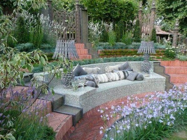 originalne-napady-do-zahrady-zahradne-sedenie-chodnik-zo-skridiel-terrena-uprava-inspiracie-diy-stara-krytina-vyuzitie