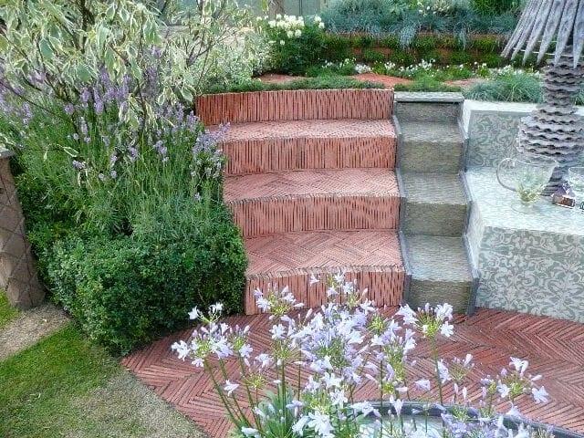schody-zo-skridly-vyuzitie-krytiny-inspiracia-chodnik-v-zahrade