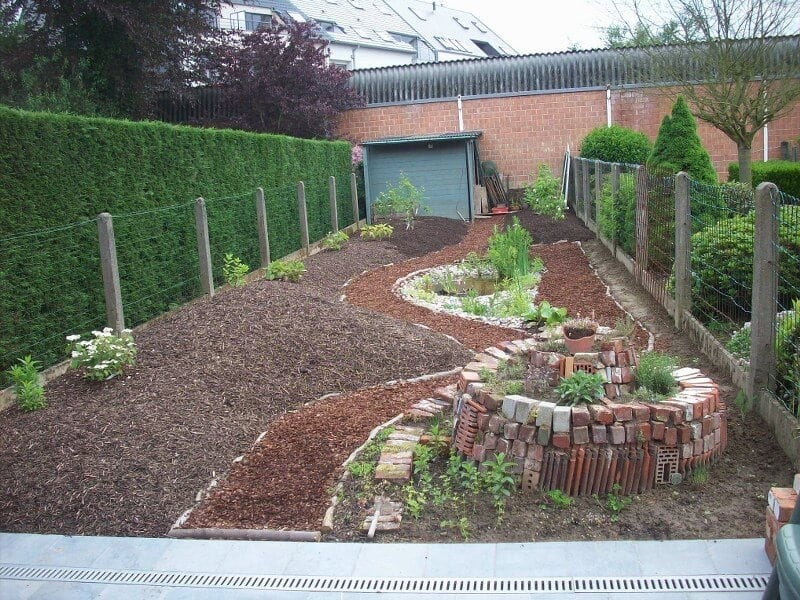 vyvyseny-zahon-zo-stavebneho-odpadu-v-zahrade-tehly-a-skridly