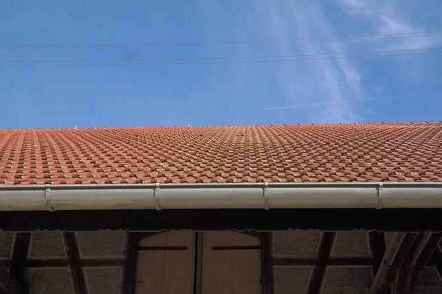 strecha-s-odkvapom-ako-namontovat-odkvapovy-system