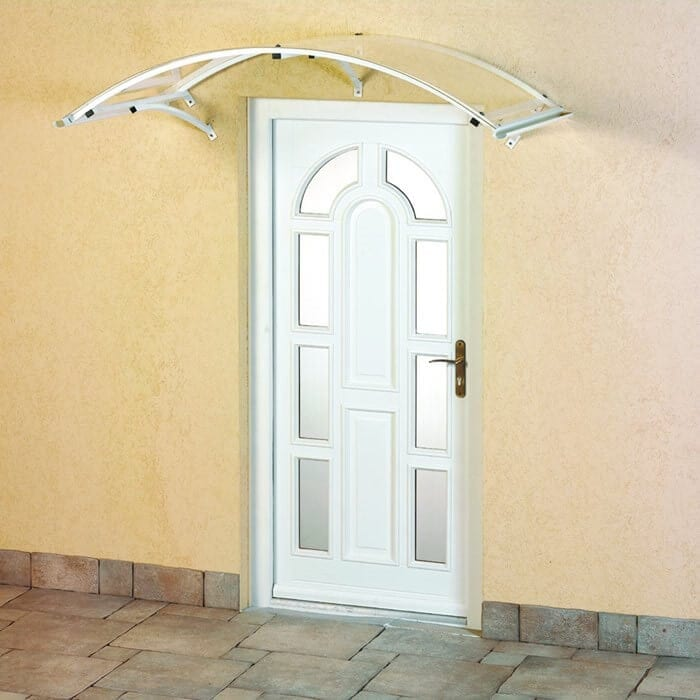 zastresenie-vchodu-do-domu-polykarbonatovymi-doskami-vchodove-dvere