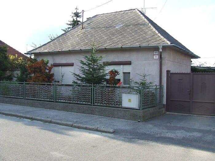 klasicky-murovany-stvorcovy-dom-s-eternitovou-strechou-architektura-na-slovensku