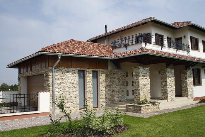 moderny-dom-stredomorska-melirovana-krytina-kamenny-obklad