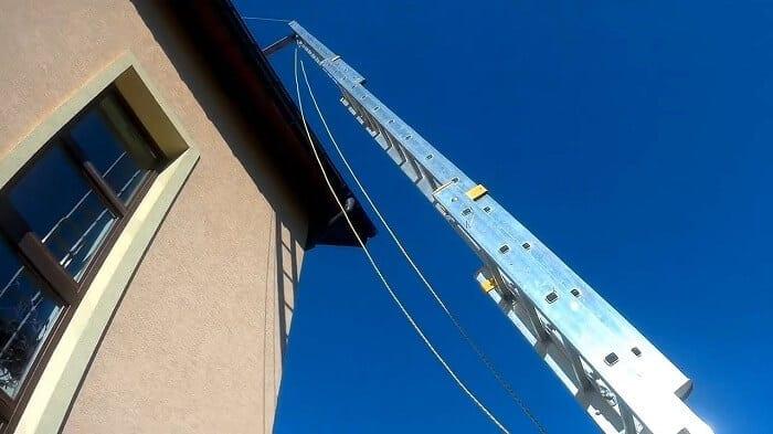 vysuvaci-rebrik-na-strechu-kontrola-strechy-pred-zimou