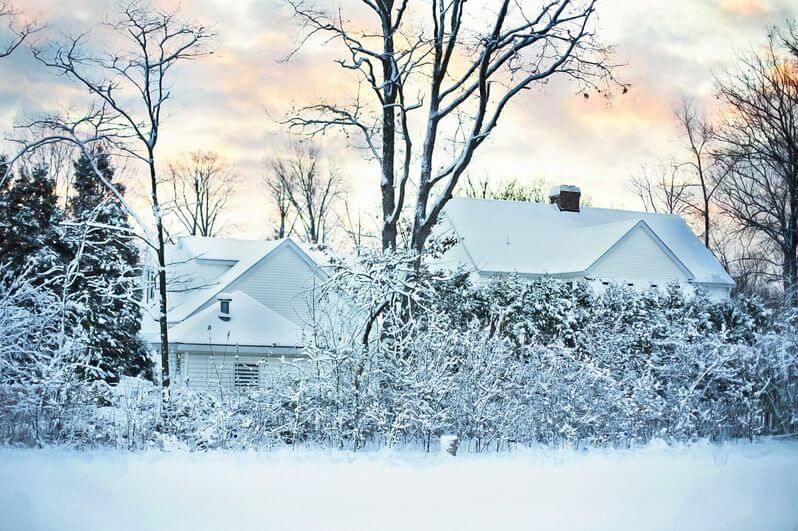 zasnezena-krajina-sneh-na-streche-stromy