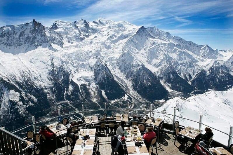hotel-La-Panoramique-Chamonix-Francuzsko-pohlad-na-mont-blanc-v-alpach-romanticke-miesta-restauracia-na-streche