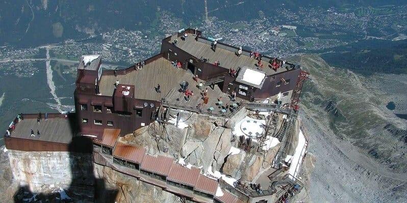hotel-La-Panoramique-Chamonix-Francuzsko-pohlad-na-mont-blanc-v-alpach-romanticke-miesta-restauracia-na-streche-letecky-pohlad