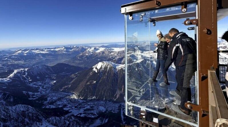 hotel-La-Panoramique-Chamonix-Francuzsko-pohlad-na-mont-blanc-v-alpach-romanticke-miesta-restauracia-na-streche-presklenny-vytah