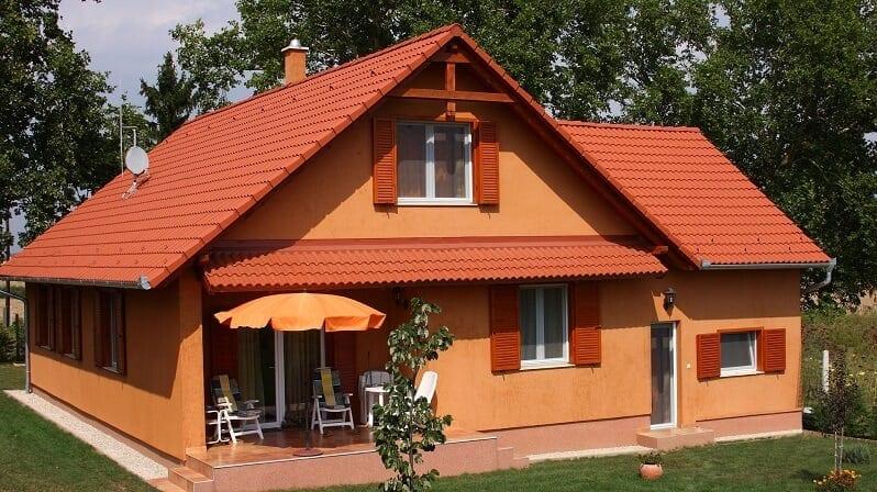 farby-domu-tehlovocervena-krytina-oranzova-zemita-farba-prirodny-vzhlad