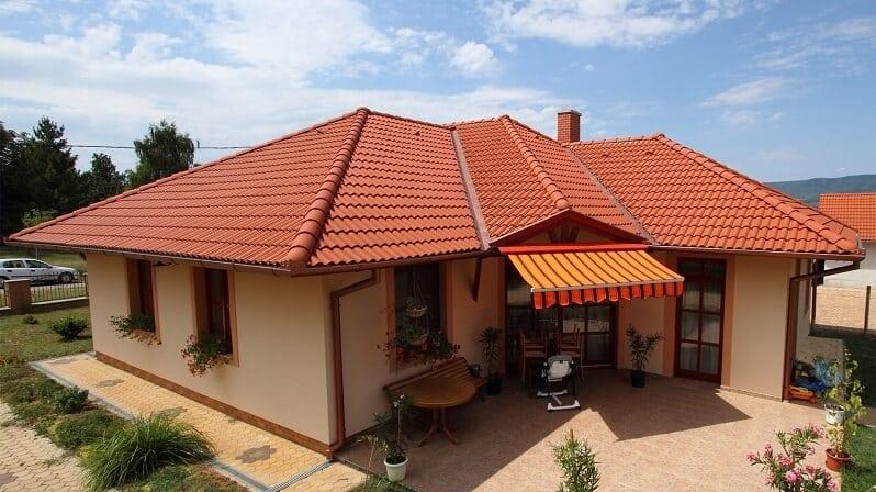 farby-domu-ton-v-tone-tehlovocervena-krytina-fasada-jemnej-farby