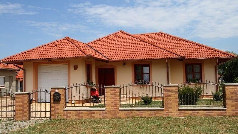 farby-domu-ton-v-tone-tehlovocervena-krytina-fasada