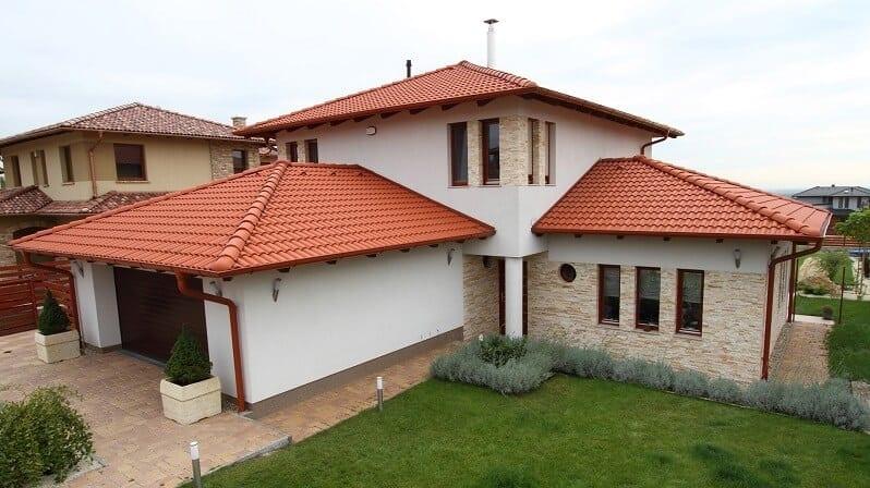 farby-domu-moderny-vzhlad-tehlovocervena-krytina-fasada-biela