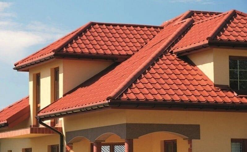 farby-domu-ton-v-tone-tehlovocervena-krytina-fasada-teple-farby