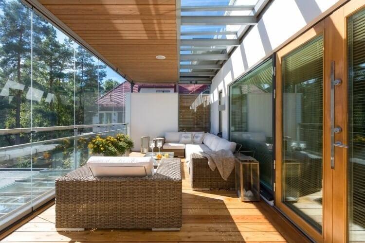 terasa-kombinacia-sklo-a-drevo-ratanovy-nabytok