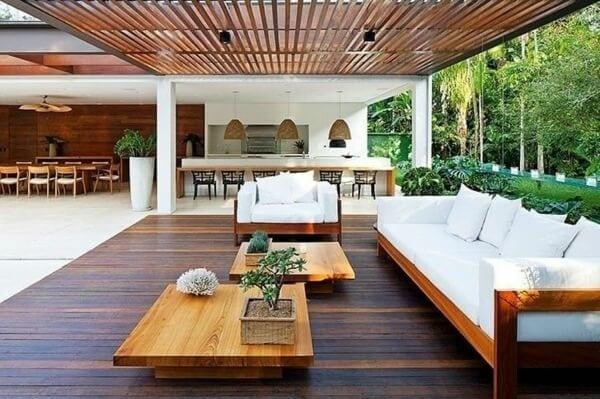 zastresena-terasa-s-drevenym-nabytkom