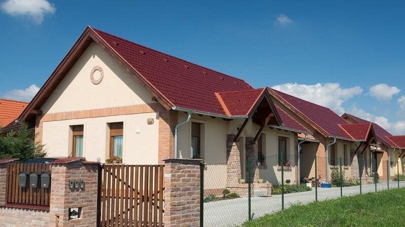 tmava-cervena-strecha-krytina-dom-s-tehlovym-obkladom