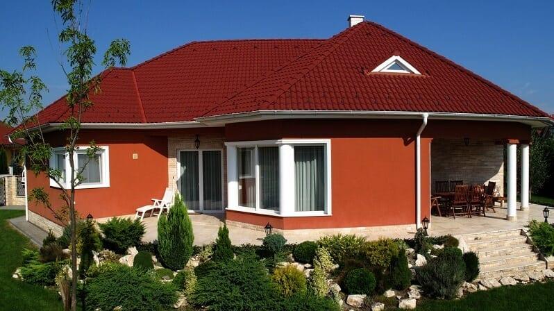 farby-domu-zladenie-fasady-s-farbou-strechy-vinovocervena-krytina-bordova