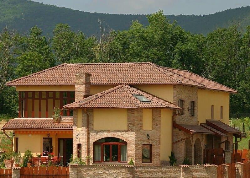 Melirovana-krytina-s-tmavsim-nadychom-do-cervena-rodinny-dom-fasada-s-obkladom