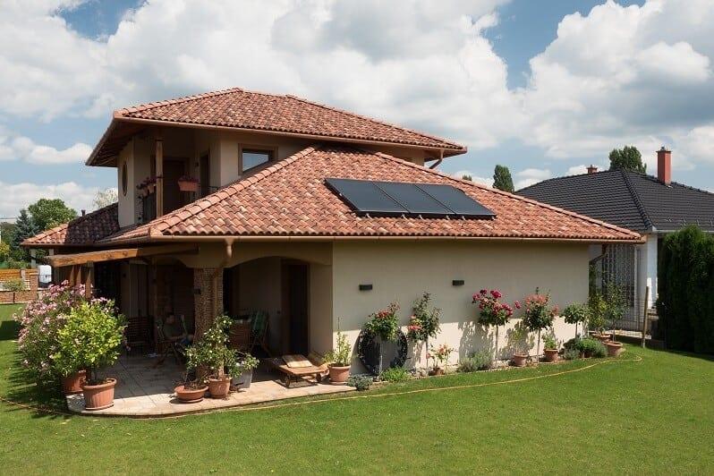Slovensko-rodinny-dom-svetla-melirovana-krytina-solarne-panely