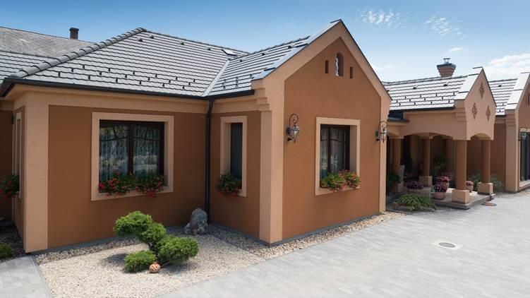 cierna-antracitova-krytina-s-hnedo-oranzovou-fasadou-rodinny-dom