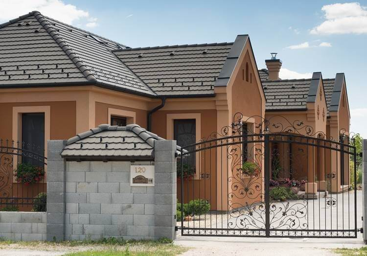 cierna-antracitova-krytina-s-hnedo-oranzovou-fasadou-rodinny-dom-brana-kovana