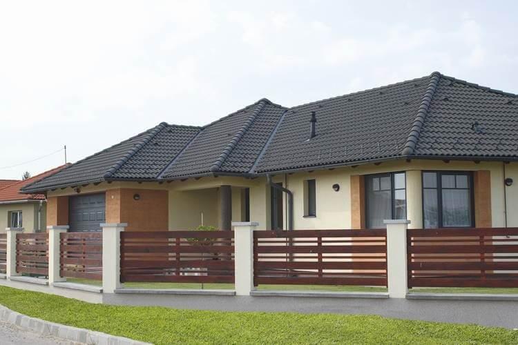 cierna-antracitova-krytina-so-svetlou-pieskovou-fasadou-rodinny-dom