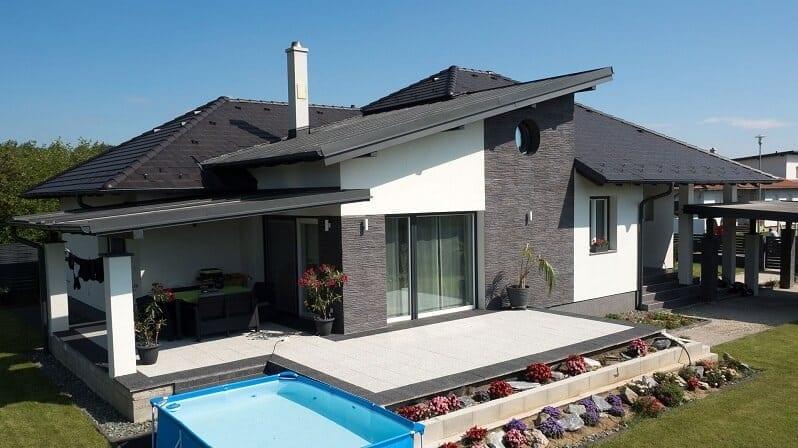biley-dom-cierna-strecha-tmavy-kamenny-obklad-na-bielej-fasade