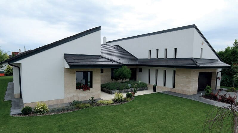 moderny-biely-dom-s-ciernou-strechou