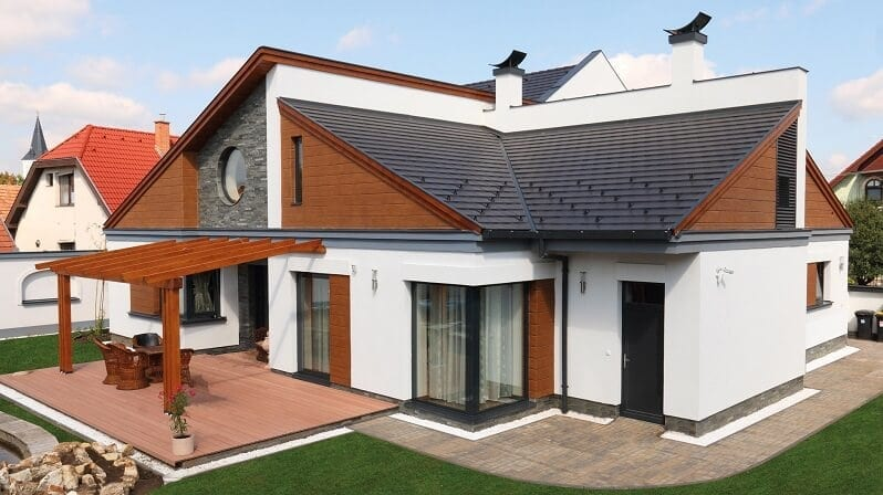 kamenny-a-dreveny-obklad-domu-biela-fasada-cierna-strecha-roddiny-dom