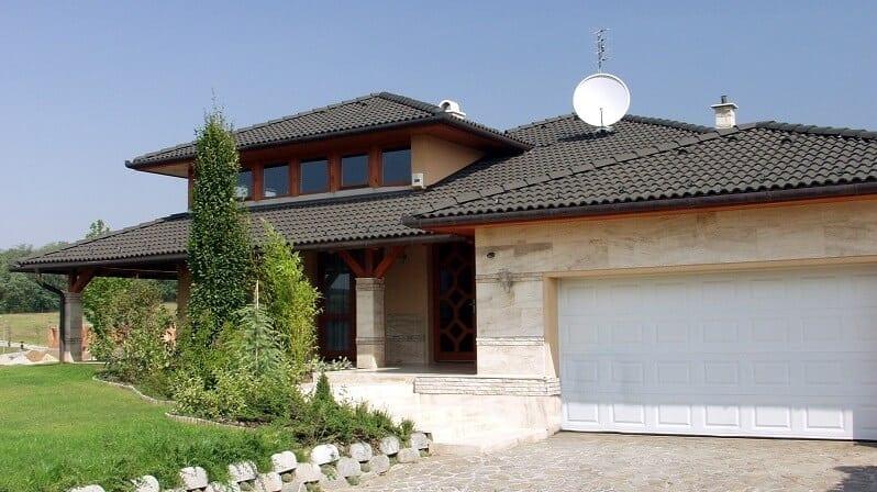 mramorovy-obklad-na-dome-s-ciernou-strechou