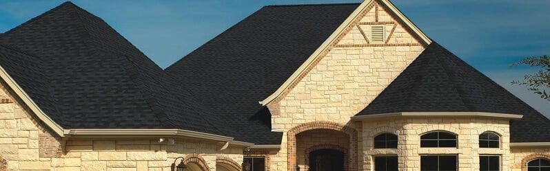 dom-s-kamennym-obkladom-a-ciernou-strechou