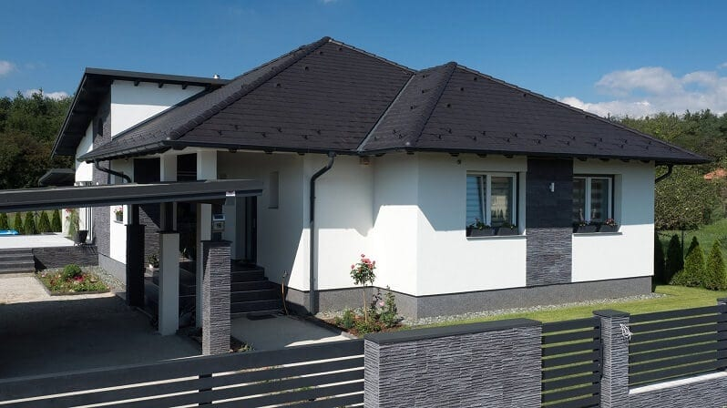 moderny-dom-s-ciernou-strechou-biela-fasada-s-tmavym-kamennym-obkladom