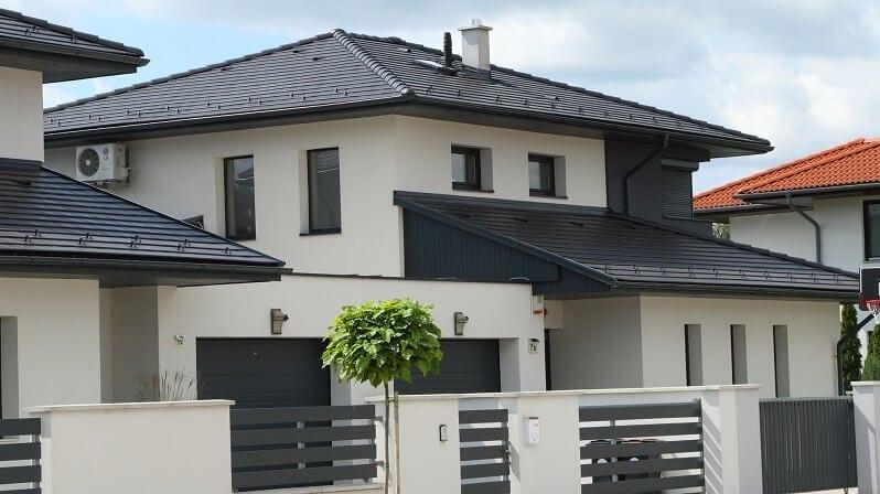 biely-rodinny-dom-s-ciernou-strechou-farebne-stresne-inspiracie-tmava-krytina-svetla-fasada