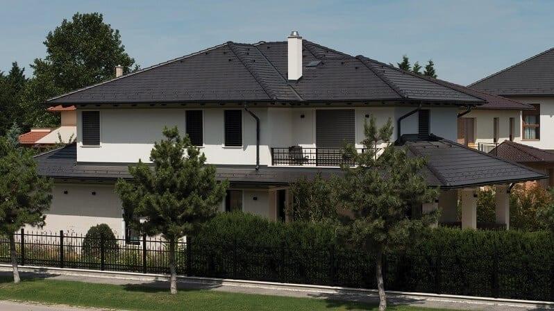 farebne-inspiracie-cierna-strecha-tmava-krytina-na-bielom-poschodovom-dome